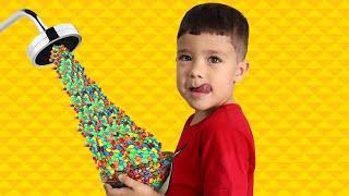 Rafael e João Pedro no chuveiro mágico de M&M's - Kids Pretend Play Magic Shower ♥ شفا والدش السحري