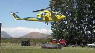 Helicópteros cargando agua desde la cancha del recreo Rinconada de Parral hacia el incendio forestal