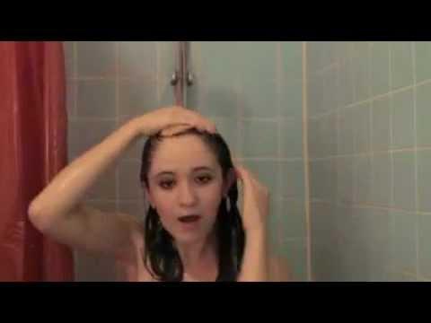 Duşta şarkı söylerken çıldıran kız