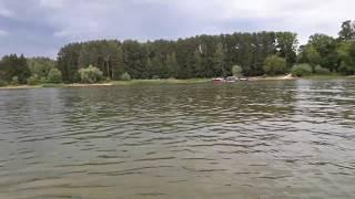 Истринское водохранилище, пляж. Московская область. Плаваю на лодке.