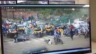 Accident caught on camera | Structure falling on vehicles