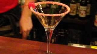 видео Как правильно приготовить коктейль Космополитен