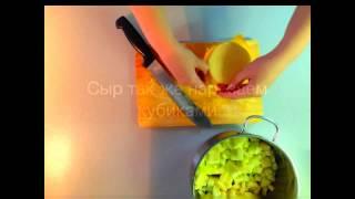 Салат с креветками, яблоками и сыром