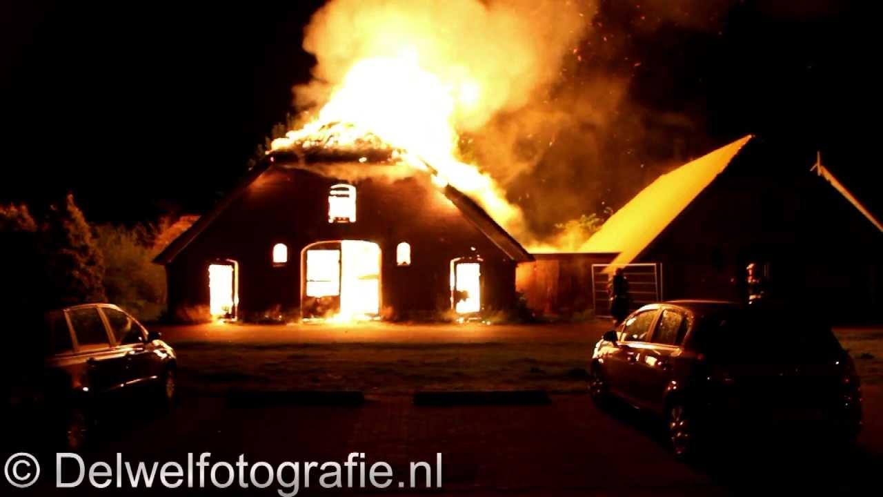 12-05-2013 Grote uitslaande brand rietgedekt pand Bakenbergerhout Harderwijk - YouTube