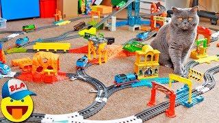 Железная дорога ТОМАС И ЕГО ДРУЗЬЯ на ВСЮ КОМНАТУ 🚂 КОШКА против ПАРОВОЗИКОВ Thomas and friends