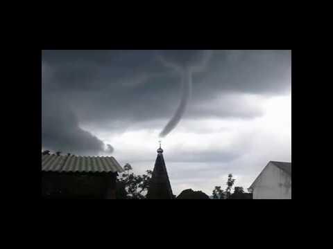penampakan-angin-puting-beliung-aneh-di-langit-trenggalek-5-12-2016