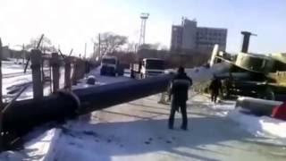 На контейнерной площадке в Благовещенске упал кран-стрела.Видео пользователей соцсетей(, 2016-12-03T04:27:21.000Z)