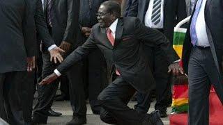 Presiden Mugabe tersandung di depan publik