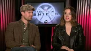 Entrevista a Chloe Bennet y Brett Dalton el 8/3/2016 en Hot in Hollywood Sub. Español
