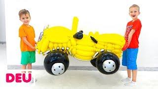 Vlad und Nikita geben vor, mit Spielzeugautos aus Luftballons zu spielen