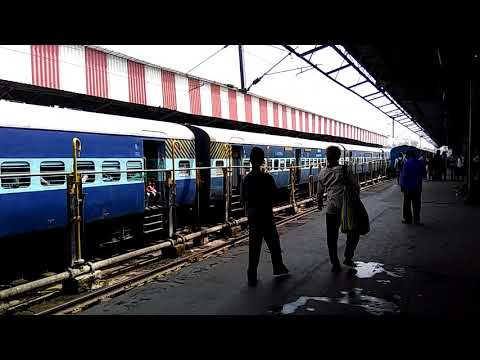 Gorakhpur--Ahmedabad Express Arriving Lucknow NR pf no. 4
