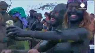 بالفيديو   جميلات البرازيل يخرجن للشوارع عاريات ويغطين اجسادهن بالطين