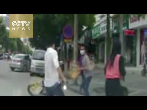 Watch: Residents help woman fight off bag-snatch thieves in Guilin