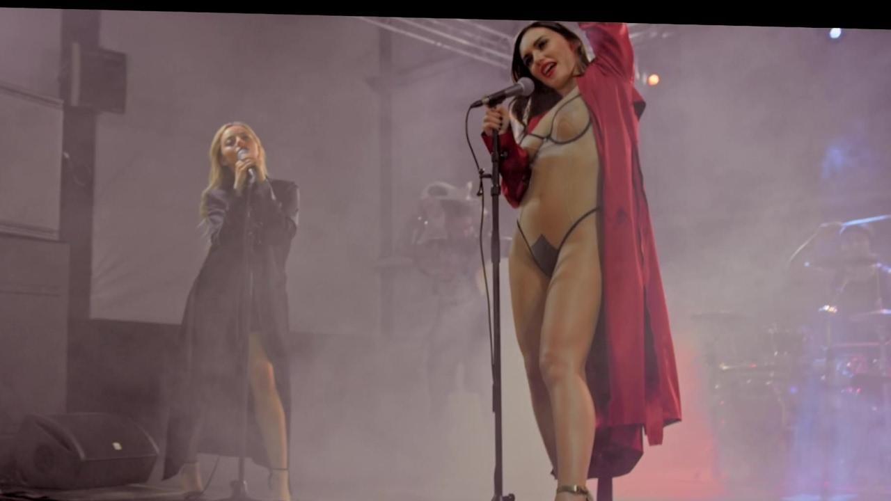 смотреть онлайн полностью голые певицы поют в клипах