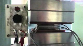 圧電ゴムの加振試験におけるLEDの点滅