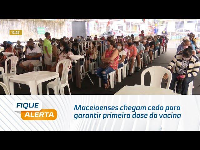 Maceioenses chegam cedo para garantir primeira dose da vacina