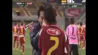 【サッカー】韓国人選手が日本人選手の顔面を蹴る→顔面骨折 thumbnail