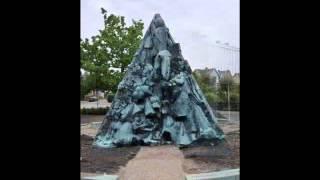 Treenigheden - monument af Hein Heinsen ved Bispegården i Nykøbing F.