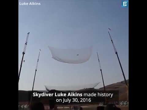 Download Rekor dunia terjun dari pesawat tanpa parasut selamat mendarat di jaring