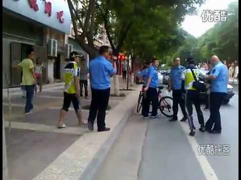 Chinese urban management officer delivers vicious stomp to merchant's head