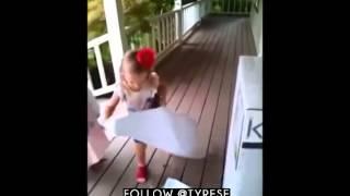 Une jeune fille reçoit le plus merveilleux cadeau du monde.