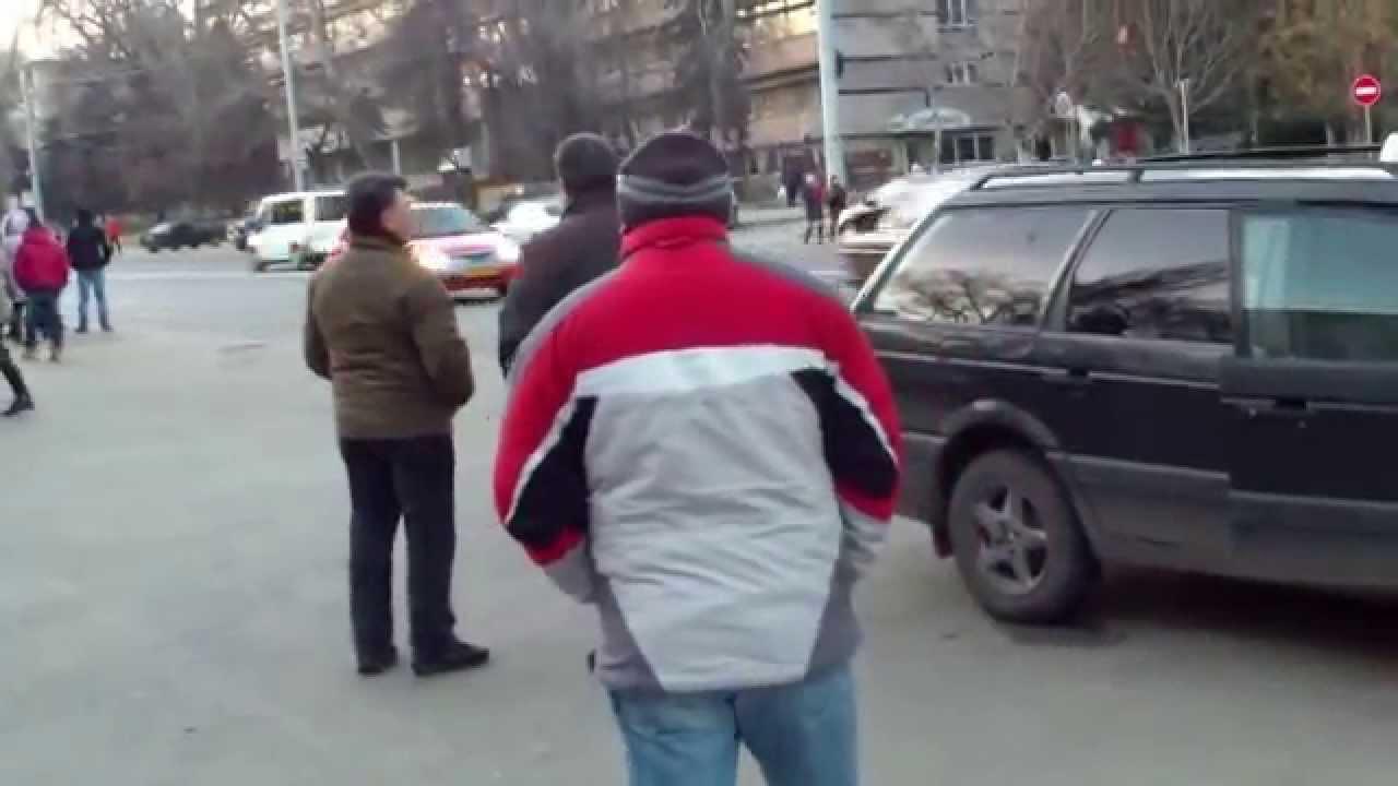 Șoferul de taxi ilegal sare la bătaie
