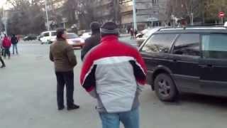 Șoferul de taxi ilegal sare la bătaie - Curaj.TV