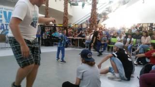 Хип-хоп батл между хореографом Evolvers и маленьким мальчиком.