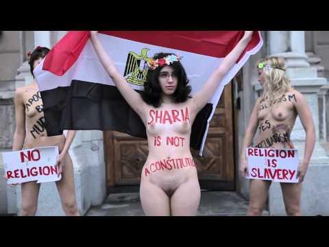 علياء المهدي عارية أمام السفارة المصرية بالسويد