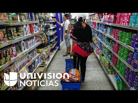 Venezolanos compran comida en Colombia