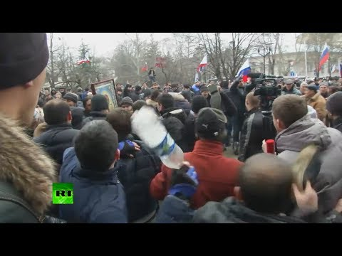 Video: Stones, bottles & shoes thrown as pro- & anti-Russian protesters clash in Ukraine's Crimea