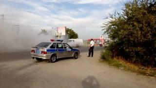 Дым из под машины. Жесть!