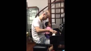 Luiza ao Piano com Papaizinho