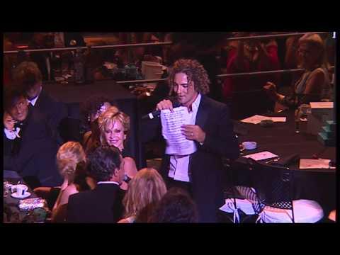 STARLITE GALA 2012: David Bisbal convence a Antonio Banderas para cantar a dúo