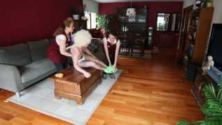 Limpieza a domicilio. Servicios de limpieza a domicilio, un adolescente y una fiesta.