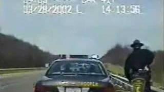 高速道路でパトカーに車が激突!