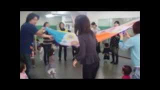 この動画では、ママプラスで行っている英語リトミックの様子をご覧頂け...