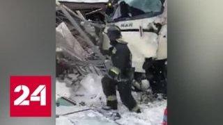 Смотреть видео Следствие выясняет причины столкновения поезда и автобуса в Ленобласти - Россия 24 онлайн