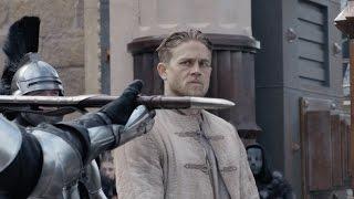 """King Arthur - Il potere della spada - Clip dal film """"Mostra al popolo il potere di Excalibur"""""""