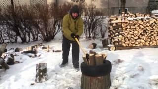 Fendre du bois avec un pneu
