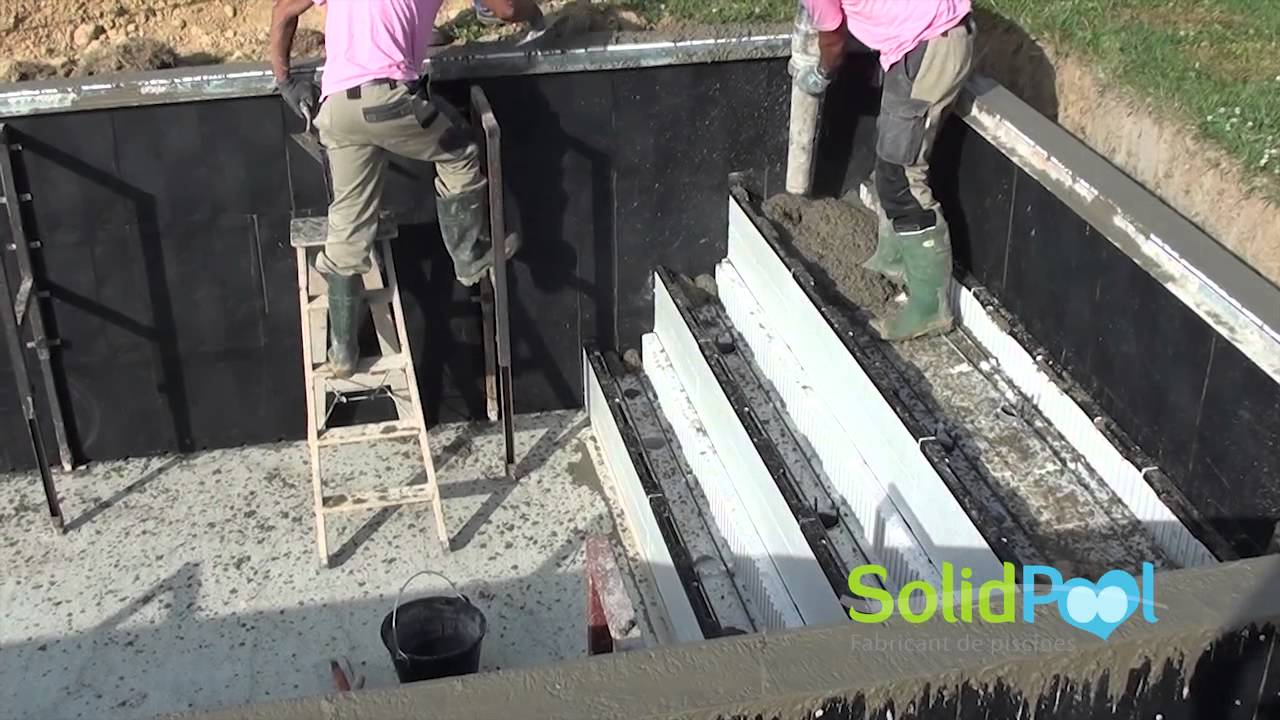 Construction piscine coulage des murs et de l 39 escalier for Construction piscine desjoyaux youtube