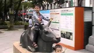 台灣博物館 小孩騎銅牛 20101017 14:33