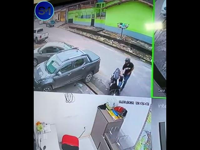 VIDEO: Una mujer queda atrapada en medio de un tiroteo entre un cliente  armado y un ladrón - RT