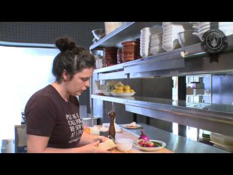 capsule-culinaire,-boulangerie-au-pain-doré,-ficelle-au-saumon-fumé-et-brie