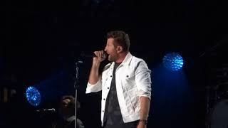 "Brett Eldredge sings ""I Wanna Be That Song"" live at CMA Fest"