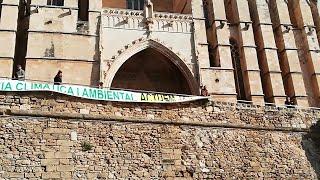 El GOB despliega una pancarta por la emergencia climática ante la Catedral