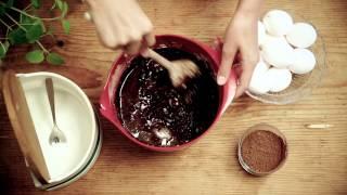 Baka kladdkaka – så rör du ihop smeten   Arla Köket