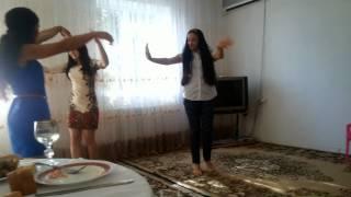 Девочки красиво танцуют
