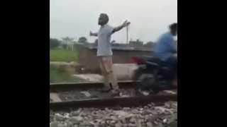 Un homme veut se suicider ecrasé par un train