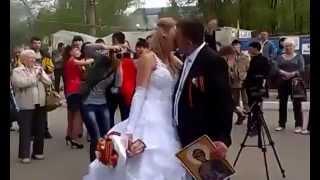 Луганск 23 04 2014 Свадьба у СБУ Луганска под гимн России